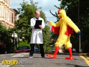 Por quê a galinha atravessou a rua?